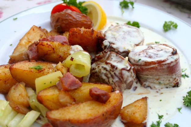 Veal medallions with potatoes.
