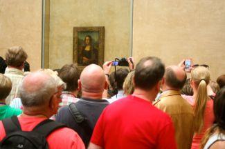 Kevin views the Mona Lisa.