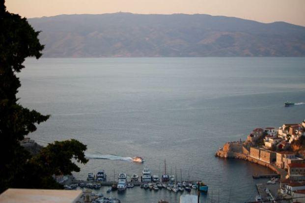 Hydra port and mainland.