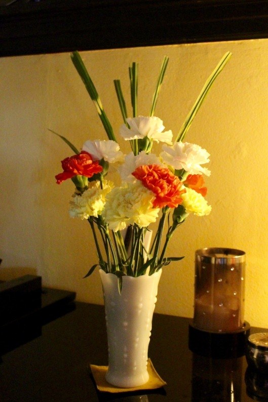 Last week's flowers are still looking so good that I bought none today.