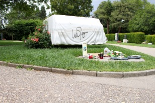 Udo Jürgens' tombstone, shaped like a draped piano.